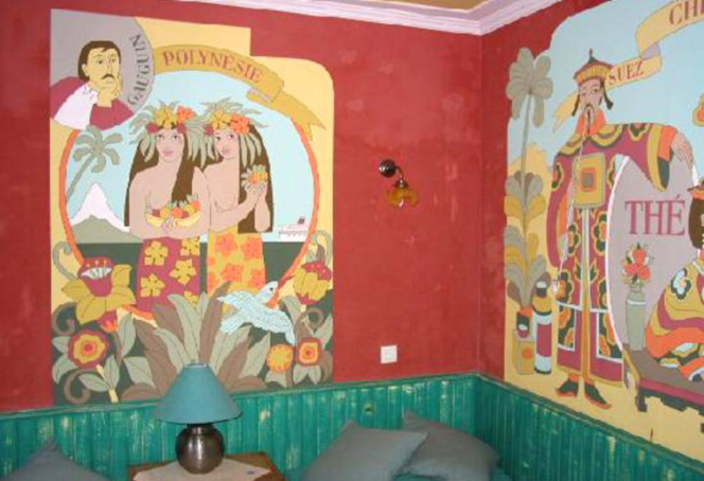 Hotel lleno de murales de todas las pocas hoteles for Cuartos decorados de la torre eiffel