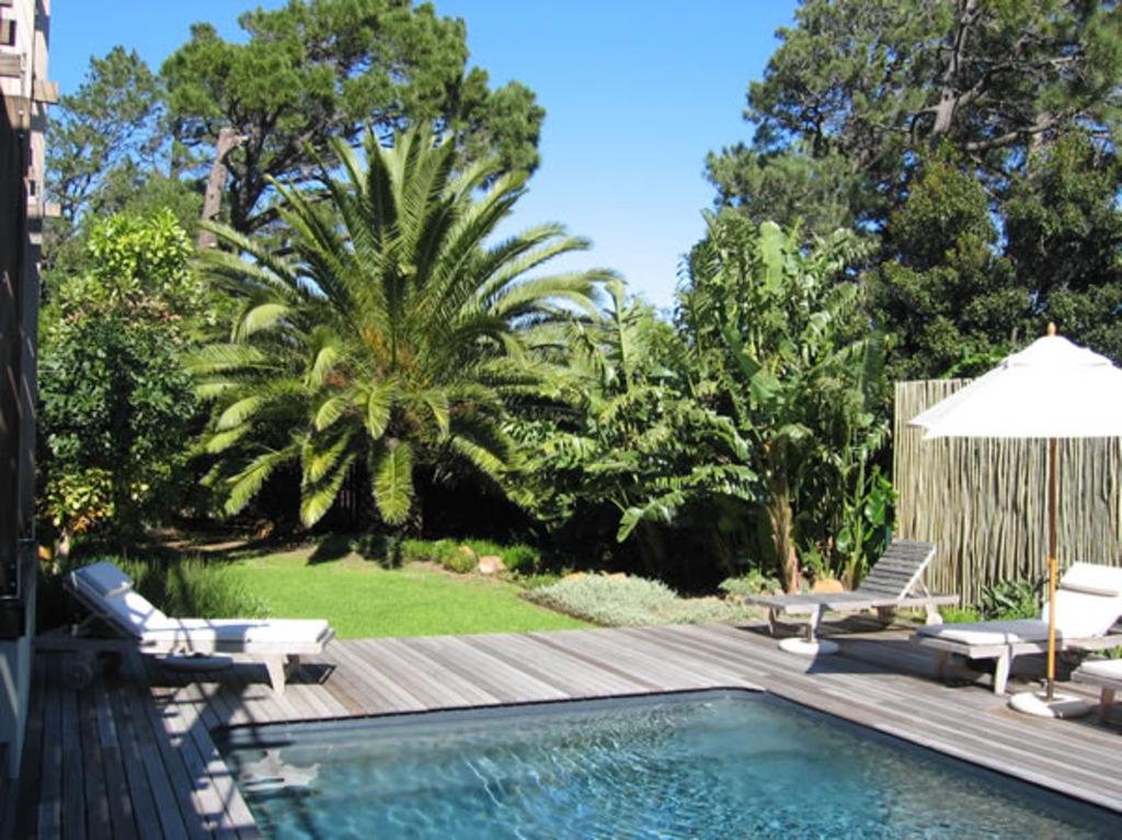 Hotel con una piscina con m sica subacu tica y muebles de - Piscina de jardin ...