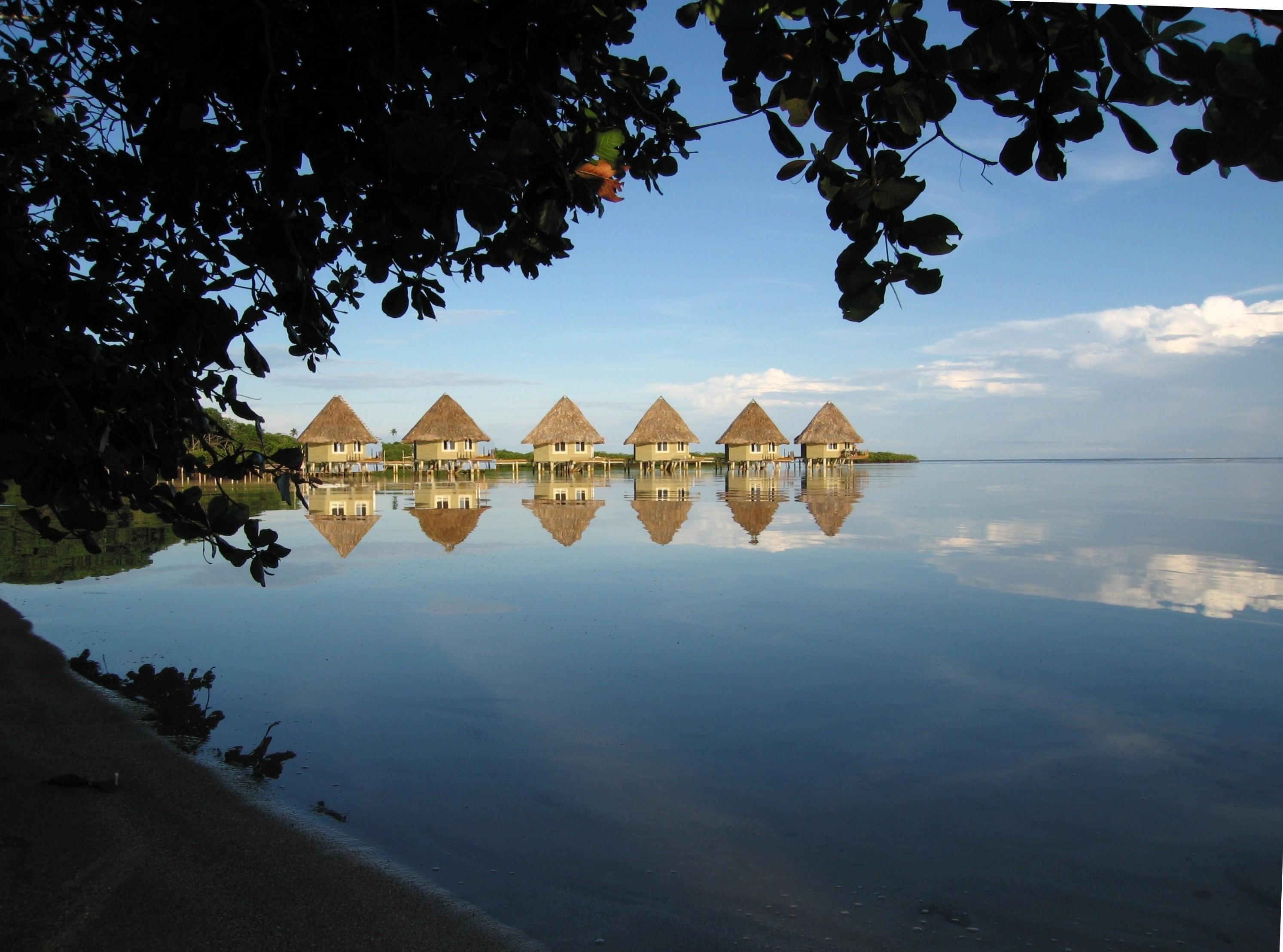 Coral lodge bungalows en el mar con vistas a la jungla for Bungalows dentro del mar